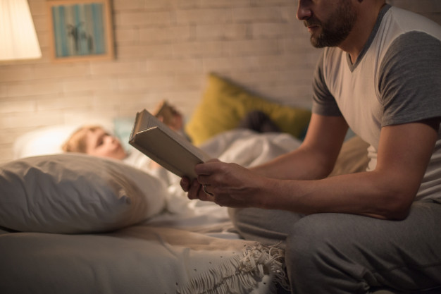 Tata citeste povesti de adormit copii