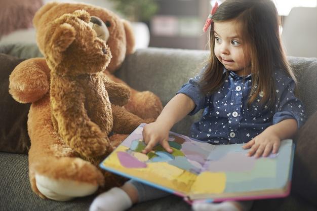 psihologia povestilor fetita citind povesti ursuletului ei